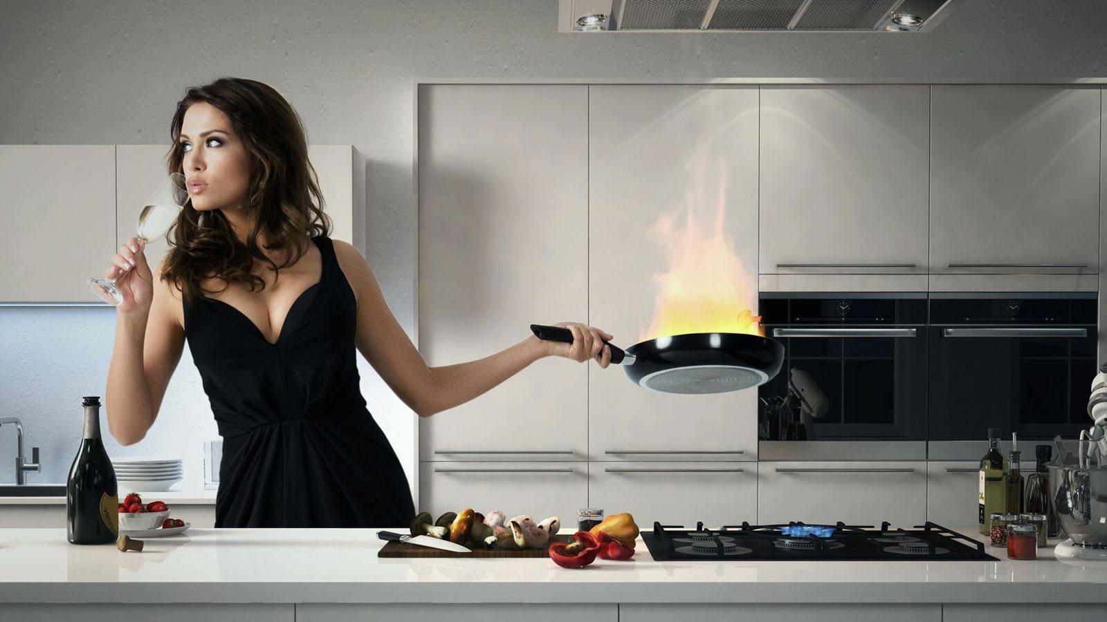 Eine Köchin kocht in einer DAN Küche.